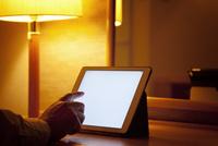 デスクの上でタブレットpcを使っている男性の手 10798000530  写真素材・ストックフォト・画像・イラスト素材 アマナイメージズ