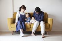 ソファーの上でリラックスする4人家族