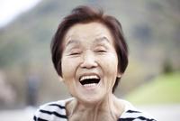 シニア女性のポートレート 10798000596| 写真素材・ストックフォト・画像・イラスト素材|アマナイメージズ