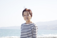海辺に立っているシニア女性のポートレート