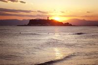 夕暮れの江ノ島と湘南の海 10798000606| 写真素材・ストックフォト・画像・イラスト素材|アマナイメージズ