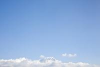 富士宮方面よりのぞむ冠雪した富士山 10798000621| 写真素材・ストックフォト・画像・イラスト素材|アマナイメージズ