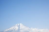 富士宮方面よりのぞむ冠雪した富士山 10798000635| 写真素材・ストックフォト・画像・イラスト素材|アマナイメージズ