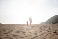 砂浜を手をつないで歩く母と子 10798000675| 写真素材・ストックフォト・画像・イラスト素材|アマナイメージズ