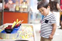 お祭りの屋台を見ている男の子 10798000688| 写真素材・ストックフォト・画像・イラスト素材|アマナイメージズ