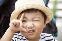 ポーズを撮る男の子 10798000689| 写真素材・ストックフォト・画像・イラスト素材|アマナイメージズ