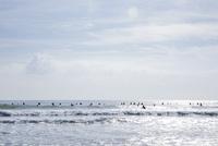 海と大勢のサーファー