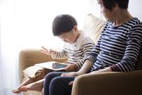 タブレットpcを使っている男の子を見守るおばあちゃん 10798000784| 写真素材・ストックフォト・画像・イラスト素材|アマナイメージズ