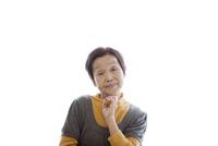 あごに手を添えて考え事をするシニア女性 10798000791| 写真素材・ストックフォト・画像・イラスト素材|アマナイメージズ