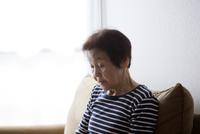 ソファーに佇んでいるシニア女性 10798000799| 写真素材・ストックフォト・画像・イラスト素材|アマナイメージズ