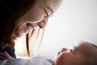互いに見つめ合っている母親と赤ちゃん