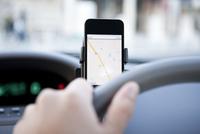 スマートフォンをカーナビに設定して車を運転する男性 10802000033| 写真素材・ストックフォト・画像・イラスト素材|アマナイメージズ