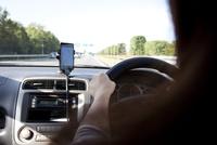 車を運転している女性 10802000072| 写真素材・ストックフォト・画像・イラスト素材|アマナイメージズ