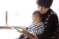 孫と一緒に絵本を読むおばあちゃん