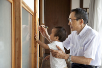 孫の身長を柱に記録するおじいちゃん