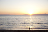 海辺に佇む子供達 10802000164| 写真素材・ストックフォト・画像・イラスト素材|アマナイメージズ