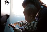 飛行機内でタブレット端末を使っている親子 10802000197| 写真素材・ストックフォト・画像・イラスト素材|アマナイメージズ