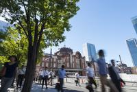 東京駅周辺の通勤風景