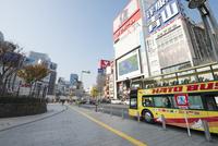 新宿駅東口の風景 10813000262  写真素材・ストックフォト・画像・イラスト素材 アマナイメージズ