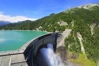立山連峰と黒部ダム観光放水