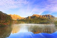 秋・朝焼けの戸隠連峰と鏡池に朝もや