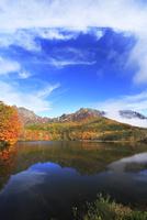 秋の戸隠連峰に朝霧と鏡池