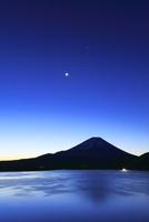 夜明けの本栖湖より富士山に月