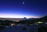 雪景色の山村と遠望富士山に夜明け空の月