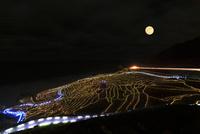 冬の能登半島・白米千枚田(あぜのきらめき)夜空に月
