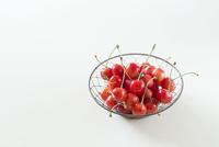 ワイヤーのバスケットの中のさくらんぼ 10825000142| 写真素材・ストックフォト・画像・イラスト素材|アマナイメージズ