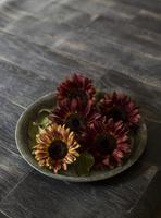 ブリキの花器にアレンジされたシックな色味のヒマワリ 10825000144| 写真素材・ストックフォト・画像・イラスト素材|アマナイメージズ