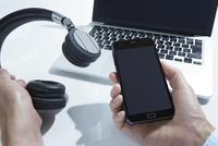 スマートフォンのあるシーン 10826000348| 写真素材・ストックフォト・画像・イラスト素材|アマナイメージズ