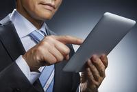 ビジネスマンとタブレット端末 10826000380| 写真素材・ストックフォト・画像・イラスト素材|アマナイメージズ