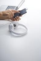 スマートフォンとパソコン、音楽イメージ