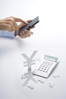 スマートフォンと電卓と通貨マーク 10826000448| 写真素材・ストックフォト・画像・イラスト素材|アマナイメージズ