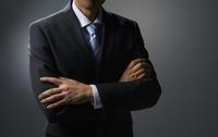 腕を組むビジネスマン 10826000465| 写真素材・ストックフォト・画像・イラスト素材|アマナイメージズ