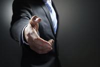 握手を求めるビジネスマン 10826000480| 写真素材・ストックフォト・画像・イラスト素材|アマナイメージズ