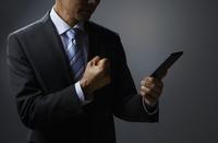 ガッツポーズのビジネスマン 10826000486| 写真素材・ストックフォト・画像・イラスト素材|アマナイメージズ
