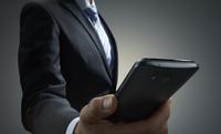 スマートホンを見るビジネスマン 10826000557| 写真素材・ストックフォト・画像・イラスト素材|アマナイメージズ