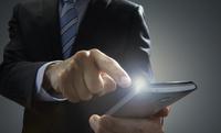 スマートホンをタッチするビジネスマン 10826000560| 写真素材・ストックフォト・画像・イラスト素材|アマナイメージズ