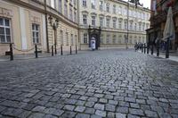 プラハ旧市街の石畳の道 10826000617| 写真素材・ストックフォト・画像・イラスト素材|アマナイメージズ