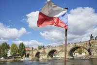 チェコの国旗とカレル橋 10826000628| 写真素材・ストックフォト・画像・イラスト素材|アマナイメージズ
