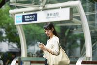 駅の前に立つ女性 10827000211| 写真素材・ストックフォト・画像・イラスト素材|アマナイメージズ