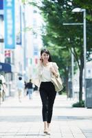 歩く女性 10827000276| 写真素材・ストックフォト・画像・イラスト素材|アマナイメージズ