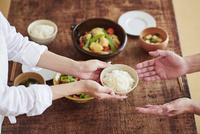 食事の準備をする女性 10827000552| 写真素材・ストックフォト・画像・イラスト素材|アマナイメージズ