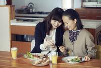 食事をする母と娘 10827000730| 写真素材・ストックフォト・画像・イラスト素材|アマナイメージズ
