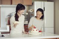 キッチンに立つ母と娘