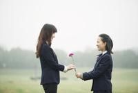 花と中高生と母 10827000756| 写真素材・ストックフォト・画像・イラスト素材|アマナイメージズ