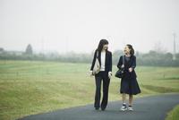歩く母娘 10827000791| 写真素材・ストックフォト・画像・イラスト素材|アマナイメージズ