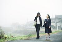 歩く母娘 10827000815| 写真素材・ストックフォト・画像・イラスト素材|アマナイメージズ